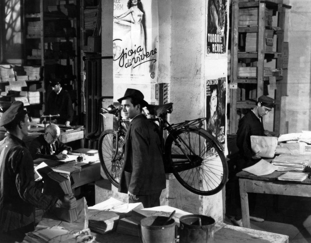 THE BICYCLE THIEF, (aka LADRI DI BICICLETTE, aka BICYCLE THIEVES), Lamberto Maggiorani, 1948.