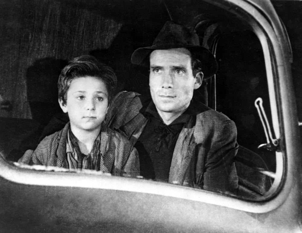 THE BICYCLE THIEF, (aka LADRI DI BICICLETTE, aka BICYCLE THIEVES), Enzo Staiola, Lamberto Maggiorani, 1948.