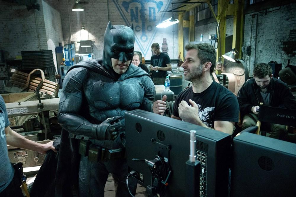 BATMAN V SUPERMAN: DAWN OF JUSTICE, from left: Ben Affleck as Batman, director Zack Snyder, on set, 2016. ph: Clay Enos/© Warner Bros.