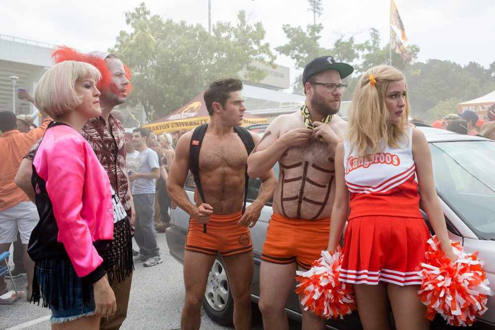 NEIGHBORS 2: SORORITY RISING, from left: Carla Gallo, Ike Barinholtz, Zac Efron, Seth Rogen, Rose Byrne, 2016. ph: Chuck Zlotnick/© Universal Pictures