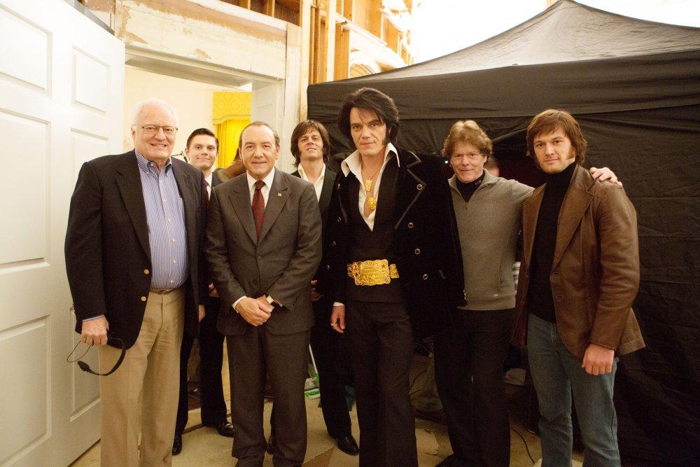 ELVIS & NIXON, from left: Egil 'Bud' Krogh, Evan Peters, Kevin Spacey, as President Richard Nixon, Johnny Knoxville, Michael Shannon as Elvis Presley, Jerry Schilling, Alex Pettyfer, on set, 2016. ph: Steve Dietl/© Bleecker Street Media