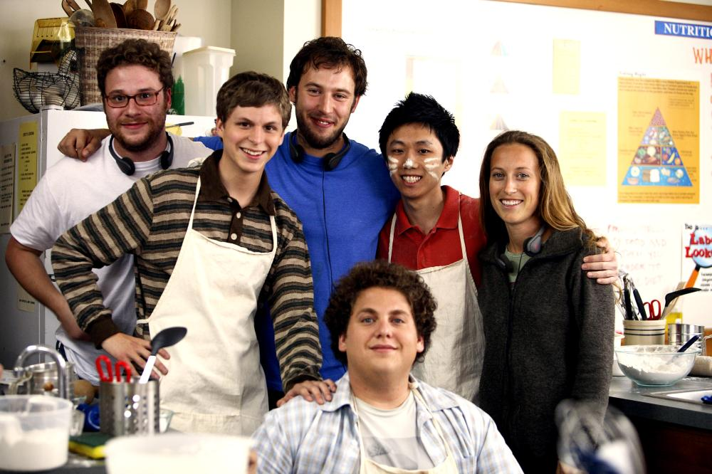 SUPERBAD, writer Seth Rogen (left), Michael Cera (second from left), writer Evan Goldberg (back, center), Jonah Hill (front), Roger Iwata (second from right), producer Shauna Robertson (right), on set, 2007. ©Columbia Pictures