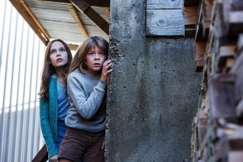 PETE'S DRAGON, from left: Oona Laurence, Oakes Fegley, 2016. ph: Matt Klitscher/© Walt Disney Pictures