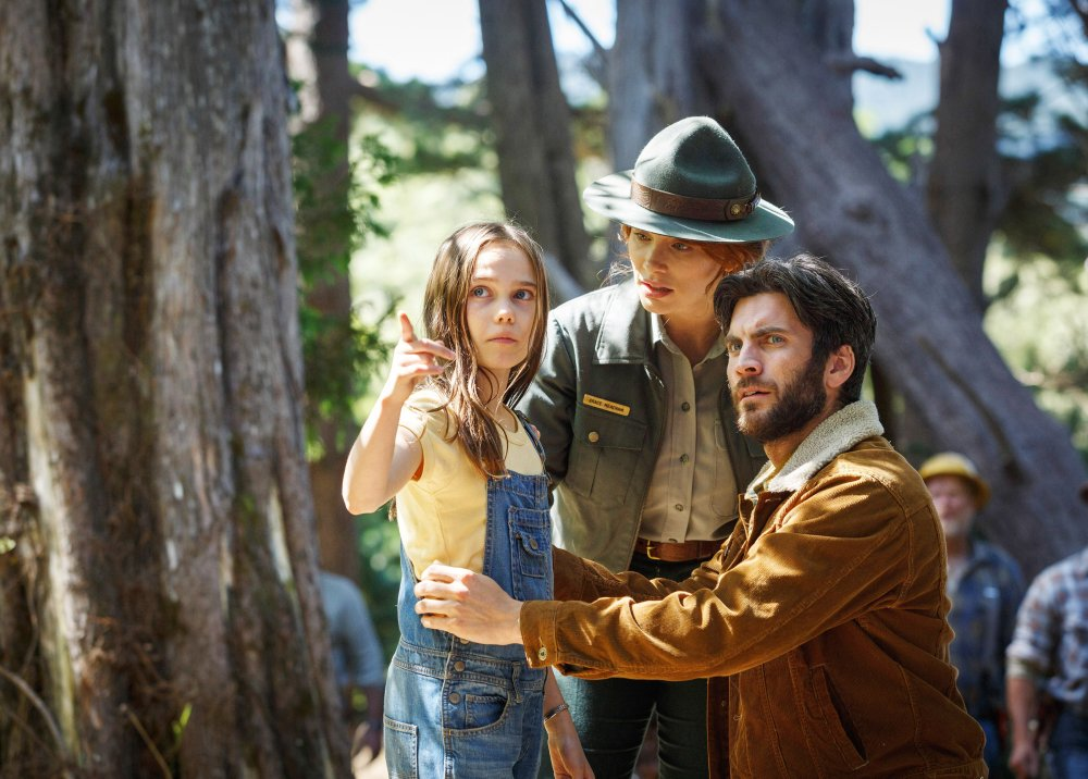 PETE'S DRAGON, from left: Oona Laurence, Bryce Dallas Howard, Wes Bentley, 2016. ph: Matt Klitscher/© Walt Disney Studios Motion Pictures