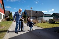 A MAN CALLED OVE, (aka EN MAN SOM HETER OVE), from left, Rolf Lassgard, Nelly Jamarani, Bahar Pars, Zozan Akgun, 2015. © Music Box Films