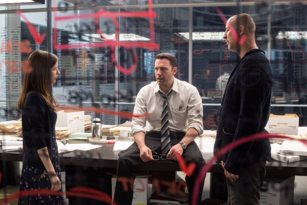 THE ACCOUNTANT, from left: Anna Kendrick, Ben Affleck, director Gavin O' Connor, on-set, 2015. ph: Chuck Zlotnick/©Warner bros.