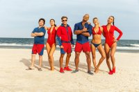 BAYWATCH, from left: Jon Bass, Alexandra Daddario, Zac Efron, Dwayne Johnson, Kelly Rohrbach, Ilfenesh Hadera, 2017. ph: Frank Masi/© Paramount