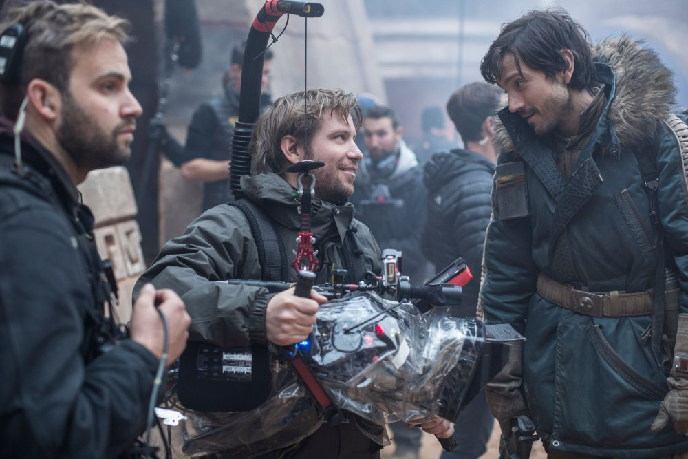 ROGUE ONE: A STAR WARS STORY, BACK, FROM LEFT: DIRECTOR GARETH EDWARDS, DIEGO LUNA, ON SET, 2016. PH: JONATHAN OLLEY/© WALT DISNEY STUDIOS MOTION PICTURES/LUCASFILM LTD.
