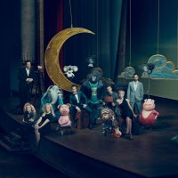SING, THE LEAD CAST SHARES THE STAGE WITH THE CHARACTERS THEY PORTRAY, FROM LEFT: SETH MACFARLANE, TORI KELLY, REESE WITHERSPOON, MATTHEW MCCONAUGHEY, TARON EGERTON, SCARLETT JOHANSSON, NICK KROLL, 2016. PH: NORMAN JEAN ROY/© UNIVERSAL PICTURES