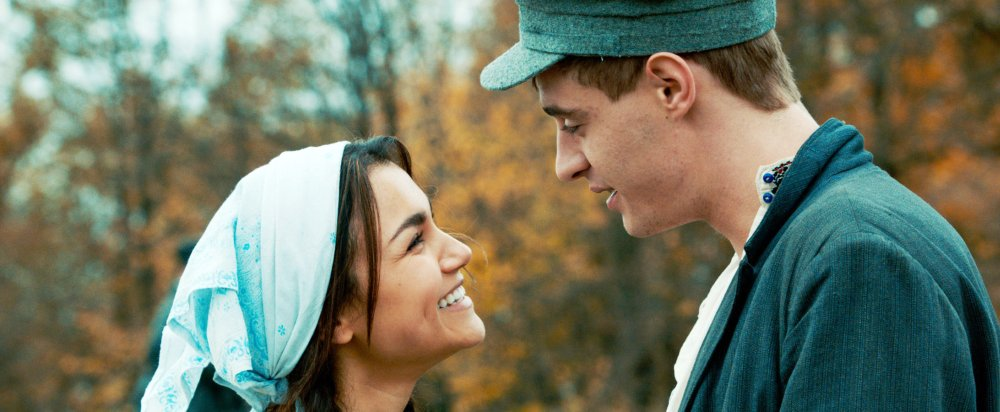BITTER HARVEST, FROM LEFT: SAMANTHA BARKS, MAX IRONS, 2017. © ROADSIDE ATTRACTIONS