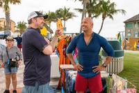 BAYWATCH, L-R: DIRECTOR SETH GORDON, DWAYNE 'THE ROCK' JOHNSON ON SET, 2017. PH: FRANK MASI/©PARAMOUNT PICTURES