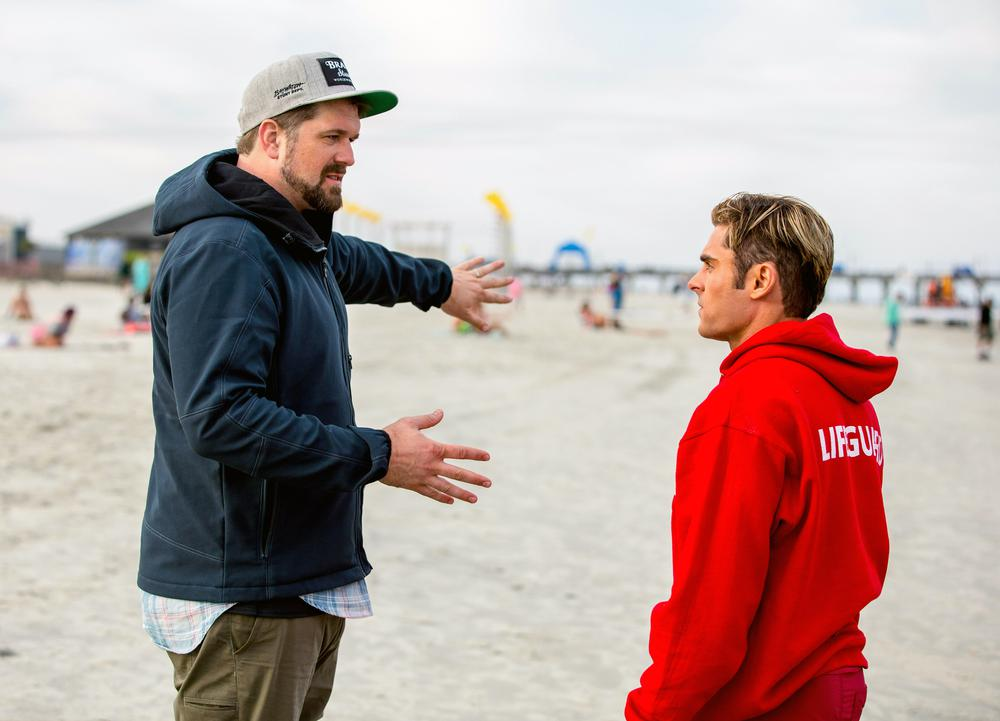 BAYWATCH, L-R: DIRECTOR SETH GORDON, ZAC EFRON ON SET, 2017. PH: FRANK MASI/©PARAMOUNT PICTURES