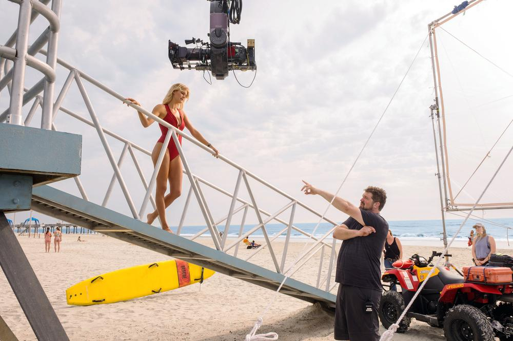 BAYWATCH, CENTER: KELLY ROHRBACH, LOWER RIGHT: DIRECTOR SETH GORDON ON SET, 2017. PH: FRANK MASI/©PARAMOUNT PICTURES