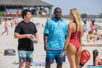 BAYWATCH, L-R: JON BASS, HANNIBAL BURESS, KELLY ROHRBACH, 2017. PH: FRANK MASI/©PARAMOUNT PICTURES