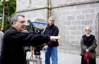 THE QUEEN, director Stephen Frears (left), Helen Mirren (right), on set, 2006. ©Miramax