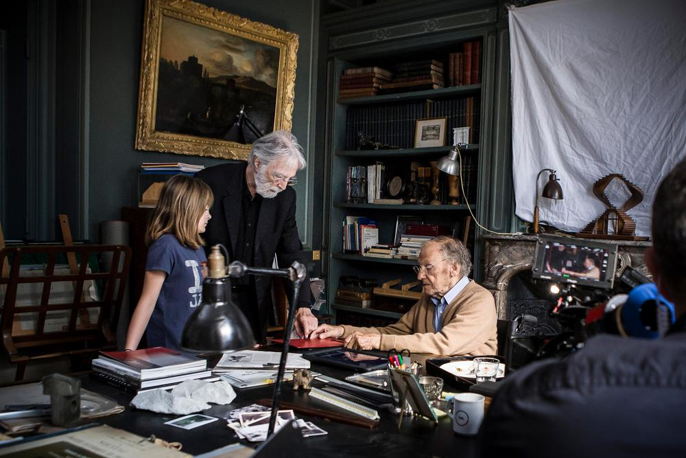 HAPPY END, FROM LEFT: FANTINE HARDUIN, DIRECTOR MICHAEL HANEKE, JEAN-LOUIS TRINTIGNANT, ON SET, 2017. © SONY PICTURES CLASSICS