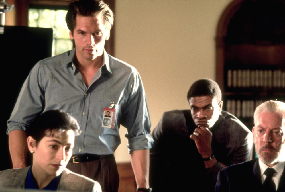 THE PUPPET MASTERS, Eric Thal (standing), Keith David (rear), Donald Sutherland (right), 1994, © Buena Vista