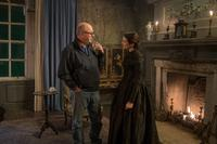 MY COUSIN RACHEL, FROM LEFT: DIRECTOR ROGER MICHELL, RACHEL WEISZ, ON SET, 2017. PH: NICOLA DOVE/TM AND COPYRIGHT © FOX SEARCHLIGHT PICTURES. ALL RIGHTS RESERVED.
