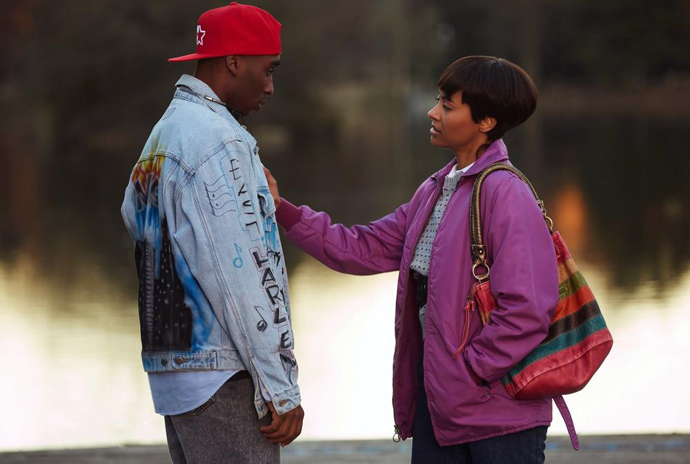 ALL EYEZ ON ME, FROM LEFT: DEMETRIUS SHIPP JR. AS TUPAC SHAKUR, KAT GRAHAM AS JADA PINKETT, 2017. PH: QUANTRELL COLBERT/© LIONSGATE