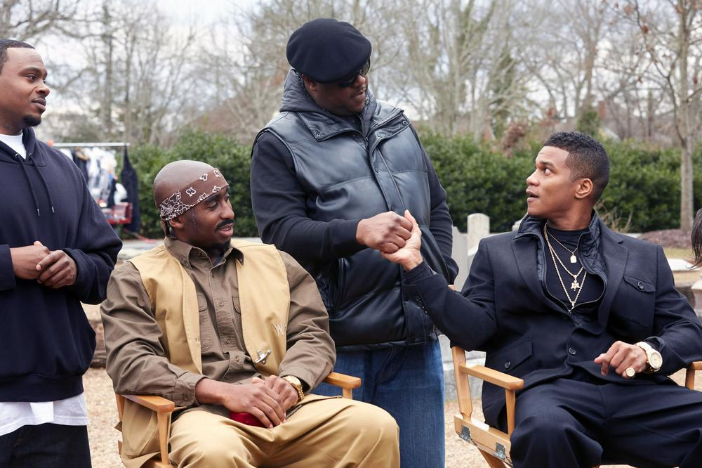 ALL EYEZ ON ME, SEATED FROM LEFT: DEMETRIUS SHIPP JR. AS TUPAC SHAKUR, CORY HARDRICT, CENTER STANDING: JAMAL WOOLARD AS BIGGIE, 2017. PH: QUANTRELL COLBERT/© LIONSGATE