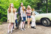 THE GLASS CASTLE, FROM LEFT, SADIE SINK, CHARLIE SHOTWELL, ELLA ANDERSON, WOODY HARRELSON, NAOMI WATTS, EDEN GRACE REDFIELD, 2017. PH: JAKE GILES NETTER. ©LIONSGATE