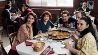 THE QUEEN OF SPAIN, (AKA LA REINA DE ESPANA), AT TABLE, FROM LEFT: PENELOPE CRUZ, LOLES LEON, JAVIER CAMARA, SANTIAGO SEGURA, NEUS ASENSI, BACK RIGHT: MANDY PATINKIN, 2016. © SAMUEL GOLDWYN FILMS