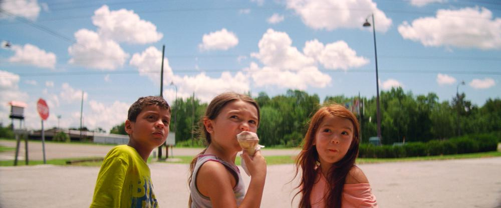 THE FLORIDA PROJECT, FROM LEFT: CHRISTOPHER RIVERA, BROOKLYNN PRINCE, VALERIA COTTO, 2017. ©A24