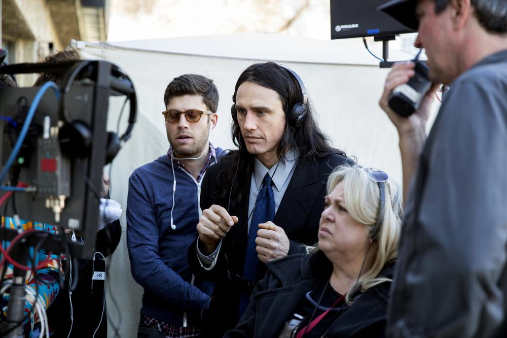 THE DISASTER ARTIST, MICHAEL H. WEBER (SUNGLASSES), JAMES FRANCO (CENTER), 2017. © A24