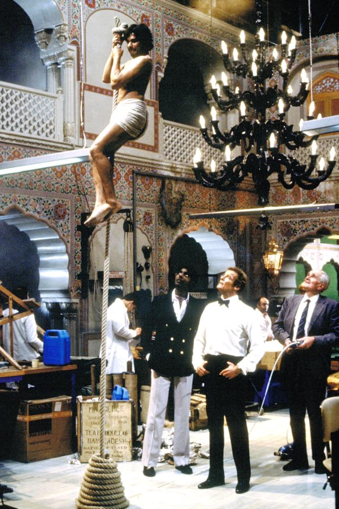 OCTOPUSSY, Vijay Amritraj, Roger Moore, Desmond Llewelyn, 1983, (c) United Artists