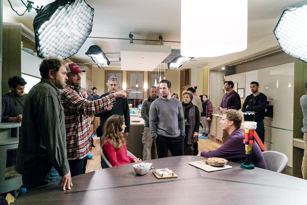 DADDY'S HOME 2, L-R: DIRECTOR OF PHOTOGRAPHY JULIO MACAT, DIRECTOR SEAN ANDERS, LINDA CARDELLINI, MARK WAHLBERG, WILL FERRELL ON SET, 2017. PH: CLAIRE FOLGER/©PARAMOUNT PICTURES