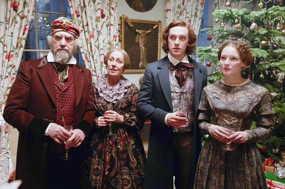 THE MAN WHO INVENTED CHRISTMAS, FROM LEFT: JONATHAN PRYCE, GER RYAN, DAN STEVENS AS CHARLES DICKENS, AND MORFYDD CLARK, 2017. PH: KERRY BROWN/© BLEECKER STREET MEDIA