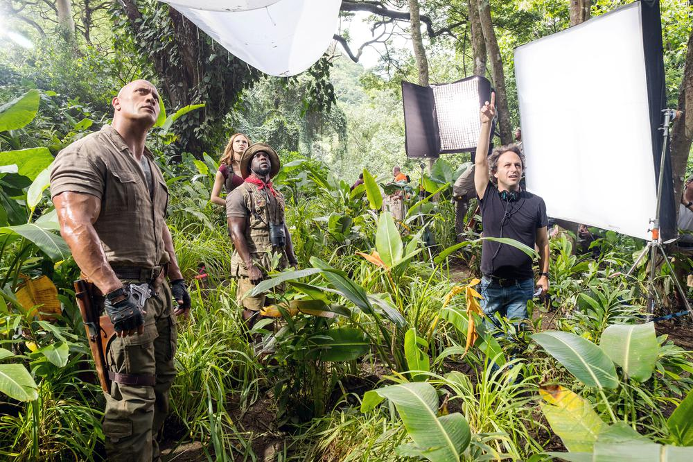 JUMANJI: WELCOME TO THE JUNGLE, (AKA JUMANJI), FROM LEFT: DWAYNE JOHNSON, KAREN GILLAN, KEVIN HART, DIRECTOR JAKE KASDAN, ON SET, 2017. PH: FRANK MASI/© COLUMBIA PICTURES