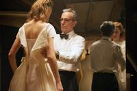 PHANTOM THREAD, FROM LEFT: VICKY KRIEPS, DANIEL DAY-LEWIS, 2017. PH: LAURIE SPARHAM/© FOCUS FEATURES