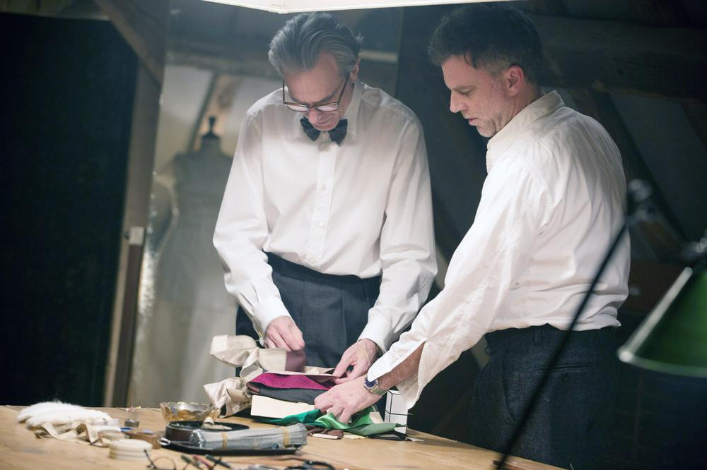PHANTOM THREAD, FROM LEFT: DANIEL DAY-LEWIS, DIRECTOR PAUL THOMAS ANDERSON, ON SET, 2017. PH: LAURIE SPARHAM/© FOCUS FEATURES