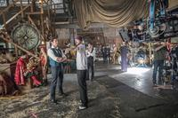 THE GREATEST SHOWMAN, FOREGROUND L-R: HUGH JACKMAN, DIRECTOR MICHAEL GRACEY, STANDING REAR CENTER: ZAC EFRON ON SET, 2017. PH: NIKO TAVERNISE/TM & COPYRIGHT ©TWENTIETH CENTURY FOX FILM CORP. ALL RIGHTS RESERVED