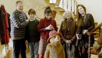 PADDINGTON 2, FROM LEFT: HUGH BONNEVILLE, SAMUEL JOSLIN, SALLY HAWKINS, PADDINGTON, VOICE: BEN WISHAW, JULIE WALTERS, MADELEINE HARRIS, 2017. © WARNER BROS.