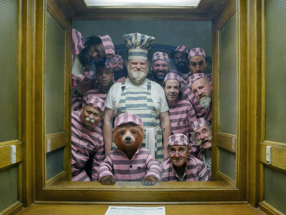 PADDINGTON 2, FROM FOURTH LEFT, AARON NEIL, PADDINGTON BEAR (VOICE: BEN WISHAW), BRENDAN GLEESON, TOM DAVIS, NOAH TAYLOR, 2017. ©WARNER BROS.