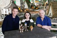 EARLY MAN, FROM LEFT: EDDIE REDMAYNE, MAISIE WILLIAMS, DIRECTOR NICK PARK, ON SET, 2018. PH: CHRIS JOHNSON/© LIONSGATE