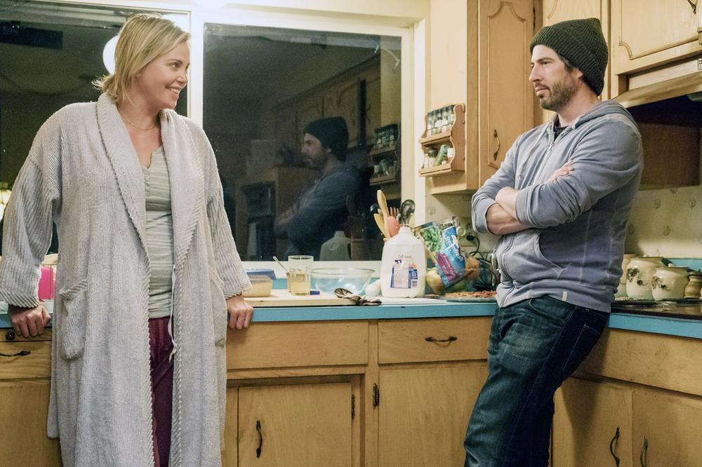 TULLY, FROM LEFT: CHARLIZE THERON, DIRECTOR JASON REITMAN, ON SET, 2018. PH: KIMBERLY FRENCH/© FOCUS FEATURES