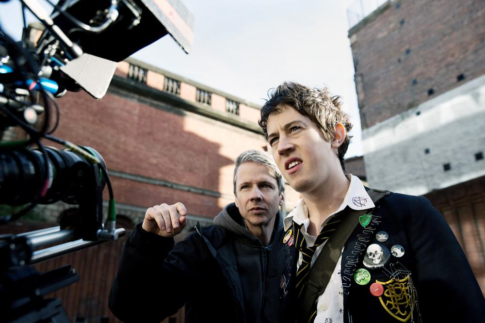 HOW TO TALK TO GIRLS AT PARTIES, FROM LEFT: DIRECTOR JOHN CAMERON MITCHELL, ALEX SHARP, ON SET, 2017. © A24