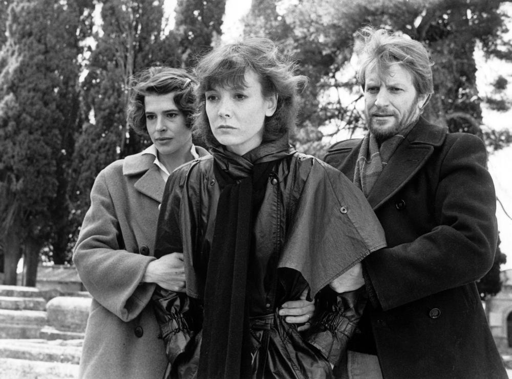 LOVE UNTO DEATH, (aka L'AMOUR A MORT), from left: Fanny Ardant, Sabine Azema, Andre Dussollier, 1984. ©MK2 Diffusion