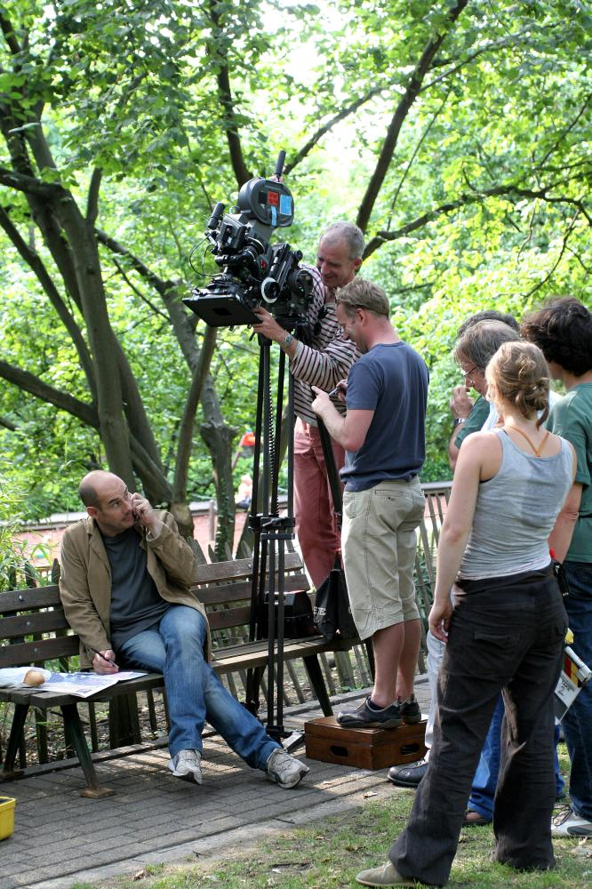 LA FACE CACHEE, director Bernard Campan (left), cinematographer Matthieu Poirot-Delpech (standing, top), on set, 2007. ©Wild Bunch Distribution