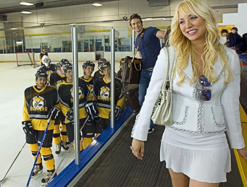 KILLER MOVIE, center, on walkway, from left: Robert Buckley, Kaley Cuoco, 2008. ©Peace Arch