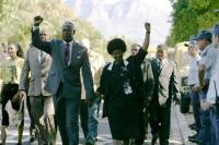GOODBYE BAFANA, center: Dennis Haysbert as Nelson Mandela, Faith Ndukwana as Winnie Mandela, 2007. ©X Verleih