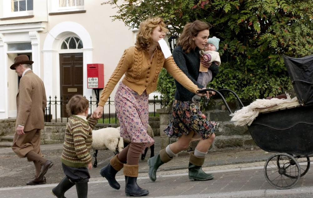 THE EDGE OF LOVE, Sienna Miller (second from right), Keira Knightley (right), 2008. ©Capitol Films