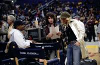 BE COOL, director F. Gary Gray, Steven Tyler, Uma Thurman on set at the Staples Center, 2005, (c) MGM
