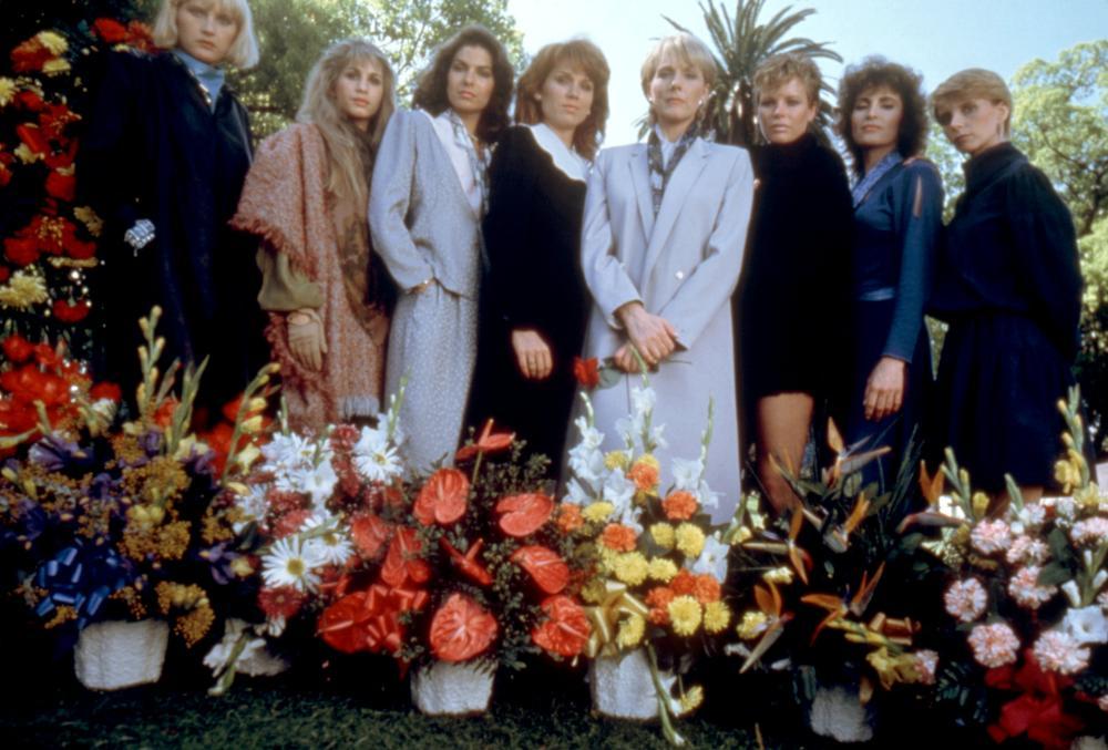 THE MAN WHO LOVED WOMEN, (l-r): Denise Crosby, Ellen Bauer, Sela Ward, Marliu Henner, Julie Andrews, Kim Basinger, Cynthia Sikes, Jennifer Edwards, 1983, (c)Columbia Pictures