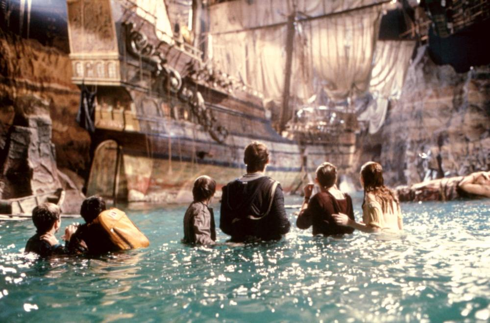 THE GOONIES, (l-r): Sean Astin, Ke Huy Quan (aka Jonathan Ke Quan), Corey Feldman, Josh Brolin, Martha Plimpton, Kerri Green, 1985, (c)Warner Bros.