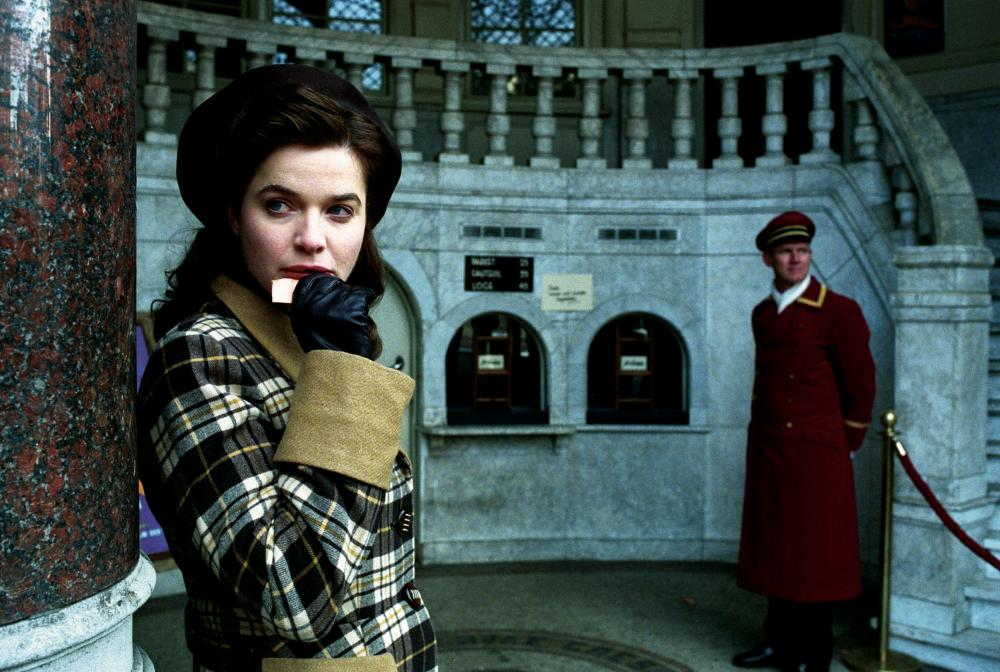 Анна выходит за офицера сс, мартина, погибающего затем в боях, а давид - жених лотты, еврей, замучен в концлагере.
