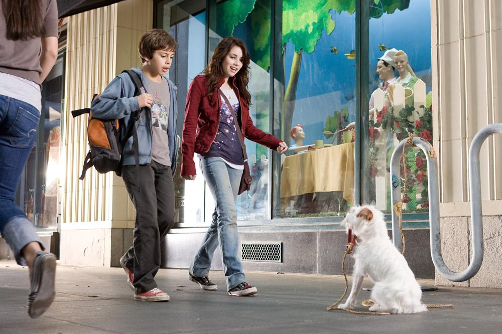 HOTEL FOR DOGS, from left: Jake T. Austin, Emma Roberts, 2008. ©DreamWorks